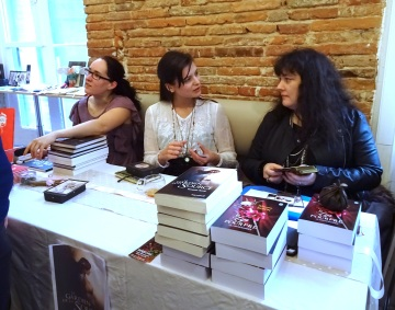 Célia Melesville, la créatrice de L'Oracle des Reflets, Sklaerenn Baron et Céline Badaroux en dédicace au salon Le Moderni'thé, à Toulouse, lors de l'événement Boutons de roses à l'heure du thé.